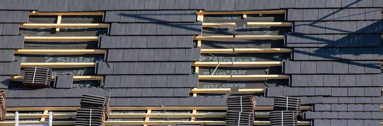 Pose d'ardoises sur un toit